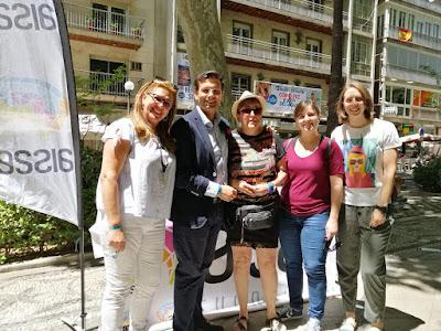 Usuarios y socios de AISSE  en el stand junto al alcalde de Granada