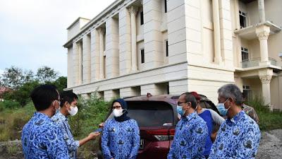 Antisipasi Lonjakan Covid-19, Bupati Nina Agustina Tinjau Gedung Wisma Haji