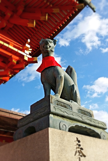 人文研究見聞録:伏見稲荷大社の玉をくわえた狐