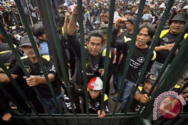 Radikal! Massa GMBI Rusak Mobil dan Lukai Satpol PP Saat Demo di Bekasi