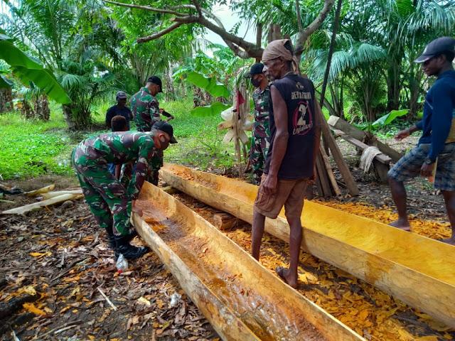 Warga Kondo Senang Prajurit TNI Bantu Membuat Perahu Tradisional Kole-kole
