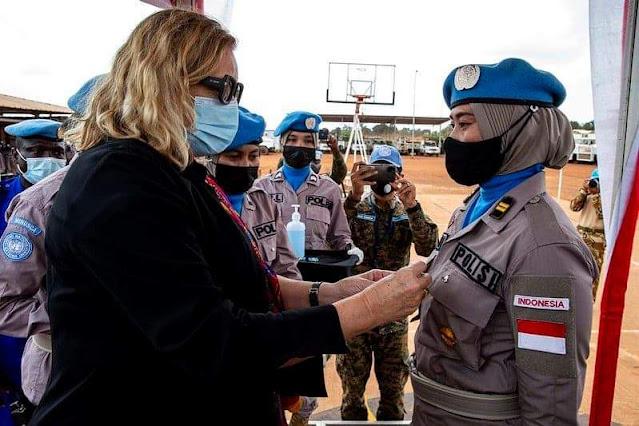 Polwan Polda Kalbar menerima Penghargaan UN Medal dari PBB