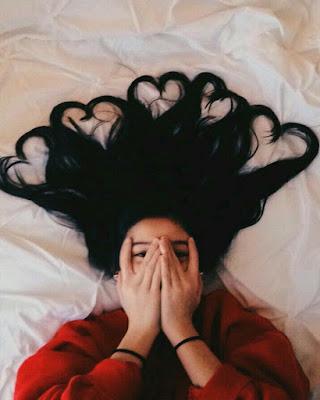 foto acostada en la cama
