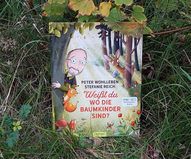 """Wir gehen die Baumkinder suchen! Eine Rezension und eine neue Lese-Idee zu Peter Wohllebens inspirierendem Wald-Kinderbuch. Auf Küstenkidsunterwegs stelle ich Euch das Buch """"Weißt Du, wo die Baumkinder sind?"""" des berühmten Försters näher vor und nehme Euch mit in den Wald, wo wir das achtsame Bilderbuch für Kinder ab 4 Jahren gelesen haben."""