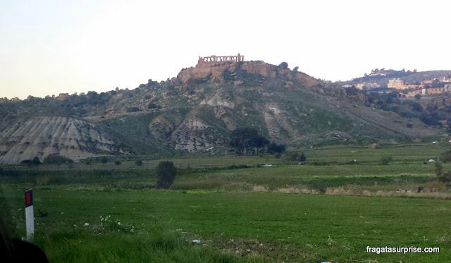Viajar de ônibus na Sicília: vilarejo sobre uma montanha no caminho entre Catânia e Agrigento
