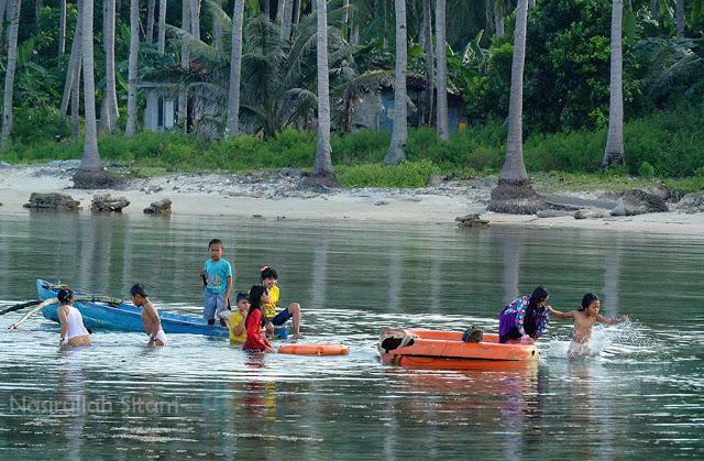 Bermain air laut di Karimunjawa