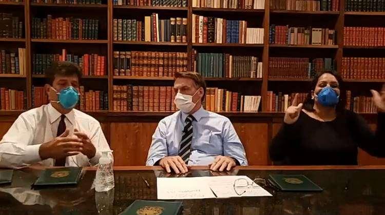 De máscara, Bolsonaro faz live e espera resultado de teste do coronavírus