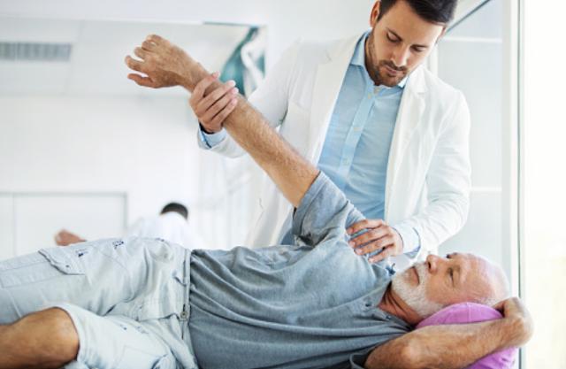 Penyakit Dislokasi Pada Cedera Sendi Manusia Pengertian Dislokasi Dislokasi adalah cedera pada sendi. Cedera ini terjadi ketika tulang bergeser dan keluar dari posisi normalnya pada sendi. Sebagian besar kasus dislokasi terjadi akibat benturan yang dialami oleh sendi. Contohnya saat bermain basket atau jatuh dari sepeda. Dislokasi umumnya terjadi pada jari dan bahu. Meski demikian, persendian lain seperti lutut, pinggul, siku tangan, maupun pergelangan kaki juga bisa mengalami cedera ini.  Gejala Dislokasi Gejala utama dislokasi biasanya akan terlihat melalui kejanggalan yang muncul pada bentuk sendi. Misalnya, muncul benjolan aneh di dekat tempurung atau soket sendi. Sendi tersebut juha akan mengalami pembengkakan, lebam, terasa sangat sakit, serta tidak bisa digerakkan. Sensasi geli atau kebas juga terkadang muncul di sekitar atau dibawah sendi yang mengalami dislokasi.  Cedera ini termasuk kondisi darurat yang membutuhkan penanganan medis untuk mengembalikan tulang pada posisi yang seharusnya. Karena itu, segera ke rumah sakit jika mengalami gejala-gejala tersebut.  Komplikasi Dislokasi Jika dibiarkan begitu saja tanpa penanganan medis, dislokasi akan semakin parah dan bisa menyebabkan beberapa komplikasi. Di antaranya meliputi : Kerusakan saraf atau pembuluh darah pada atau di sekitar sendi Sobeknya otot, ligamen, dan tendon pada sendi yang cedera Munculnya arthritis pada sendi yang cedera seiring bertambahnya usia pengidap Meningkatnya kemungkinan cedera untuk kembali terjadi. Komplikasi ini biasanya terjadi pada pengidap dislokasi yang parah atau terjadi berulang kali.  Pencegahan Dislokasi Waspada dan berhati-hati dalam setiap aktivitas merupakan cara utama untuk menghindari dislokasi. Langkah ini bisa dilakukan dengan cara : Menghindari aktivitas atau gerakan yang menjadi penyebab dislokasi Menggunakan pelindung saat berolahraga, misalnya helm saat bersepeda Memastikan rumah merupakan lingkungan yang ramah anak, misalnya tidak membiarkan barang-barang berser