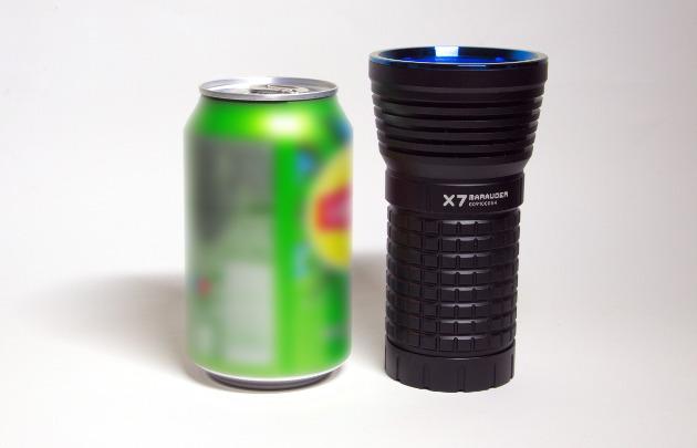Olight X7 w porównaniu do puszki napoju
