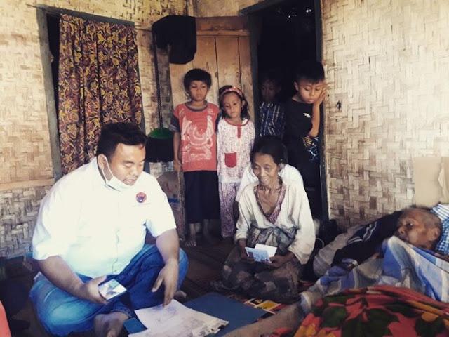 Ketua DPC PDI Perjuangan Garut Yudha Puja Turnawan saat mengunjungi kediaman abah Udju