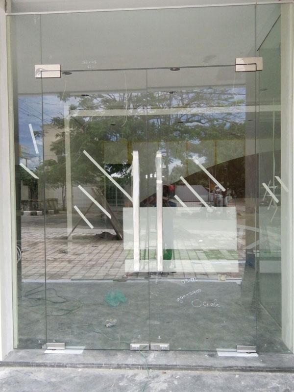 kaca yang bening, polos, transparan seperti gelas dan sangat kuat yang sering dipakai di ruko dan kantor