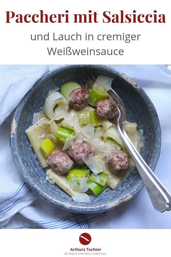 Rezept für Paccheri mit Salsicce-Fleischbällchen und Lauch in cremiger Weißweinsauce + Chardonnay von Thörle. Eine Idee aus der L'Osteria in Mainz von Arthurs Tochter kocht, dem besten Foodblog in Rheinhessen von Astrid Paul #pasta #italienisch #schnell #einfach #rezept #spaghetti #lauch #weißwein #sauce #soße #parmesan #thörle #weißwein #pastawein #weinblog #salsiccia #fleischbällchen #hackfleisch #bällchen #tomaten #cremig #onepot #frühling #sommer #wein #trocken
