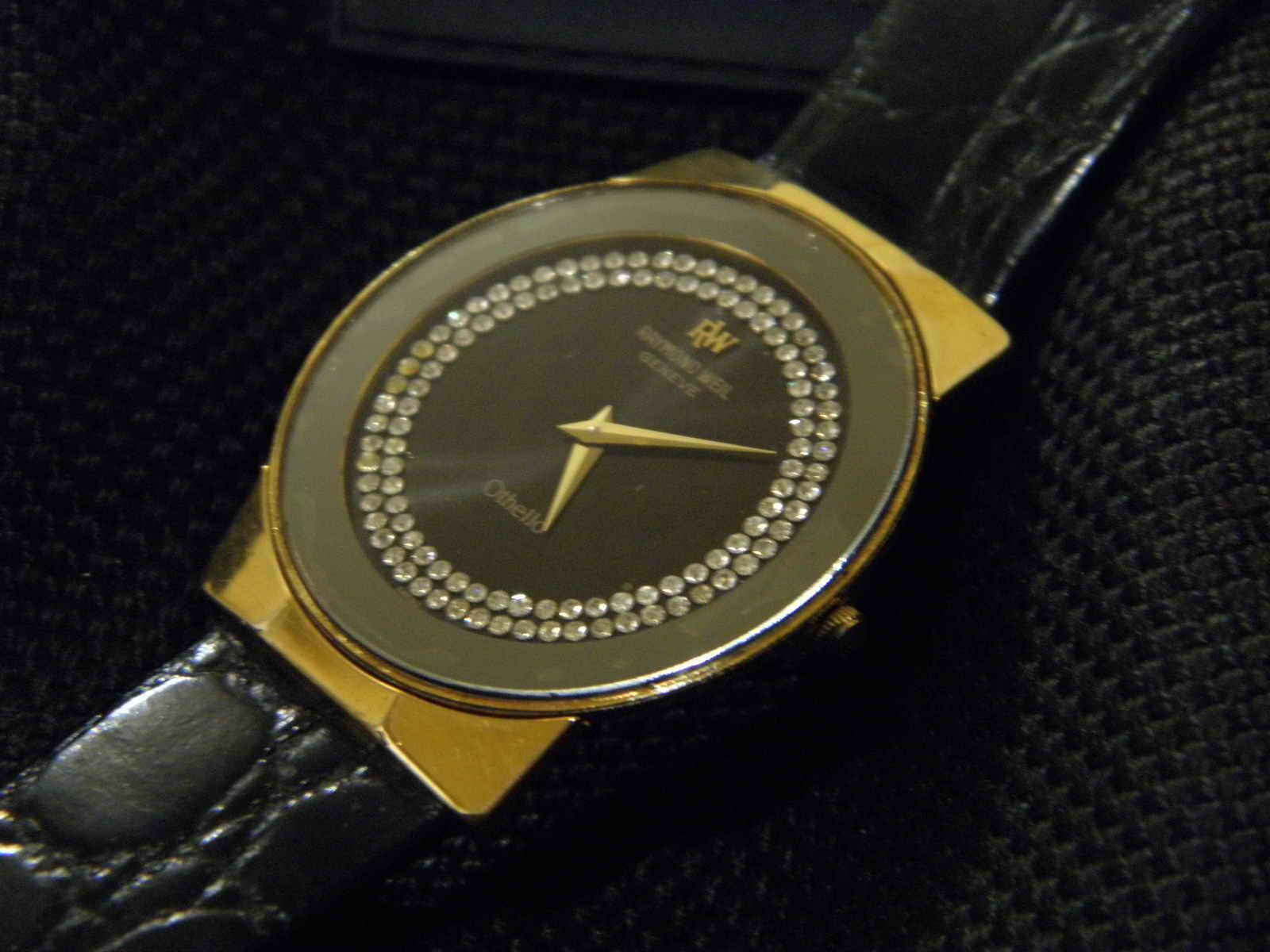Dia 32 mm w c Dial masih bersih taburan diamond di sekeliling index tampak berkilau Hands cuma jam dan menit sederhana namun elegan