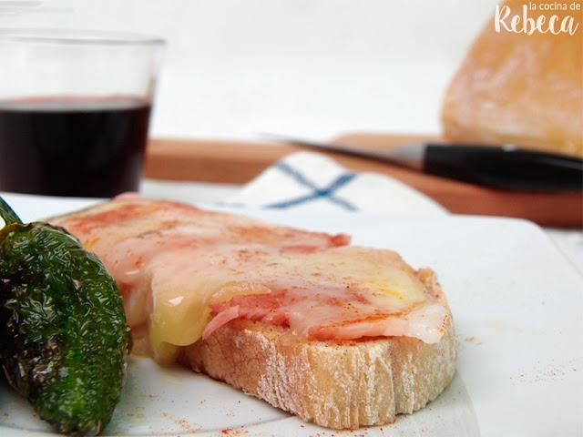 Tosta de lacón con queso de tetilla y pimientos de Padrón