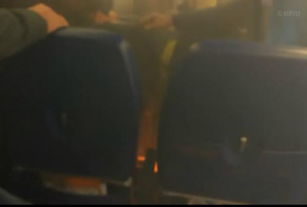 فيديو مروع لانفجار بطارية هاتف ذكي على متن طائرة!