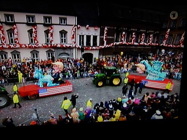 http://www.rp-online.de/nrw/staedte/duesseldorf/karneval/duesseldorfer-rosenmontagszug-wagen-zeigt-donald-trump-als-vergewaltiger-aid-1.6638083#1