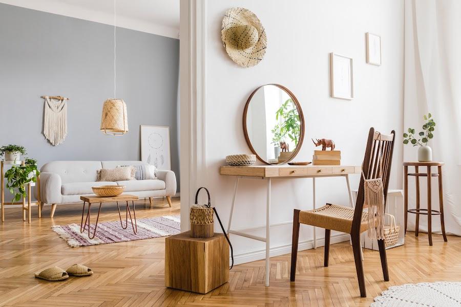 Sofá blanco con mesa pequeña de madera y patas de horquilla
