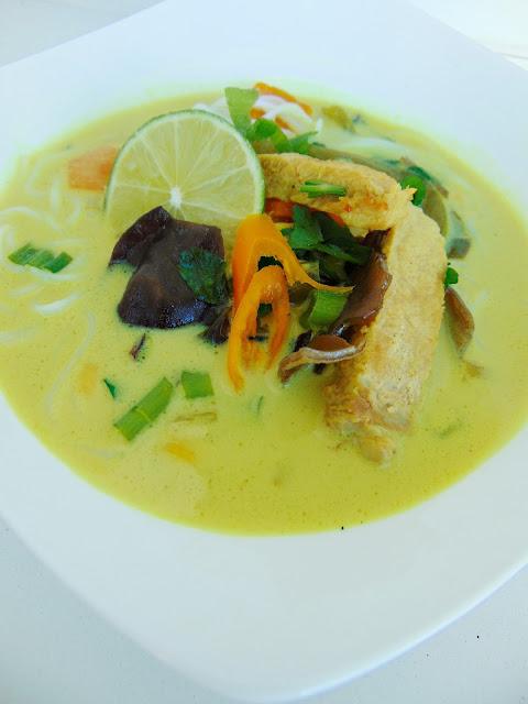 Ostra zupa tajska ze schabem i grzybami mun