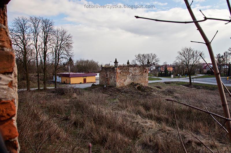 Pałac Karskich, Włostów, pałac, ruiny, oficyna, zbór ariański, lamus