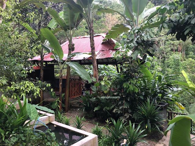Menyatu dengan alam, saung-saung di Kedai & Produksi Kopi Menoreh Pak Rohmat  ©JelajahSuwanto