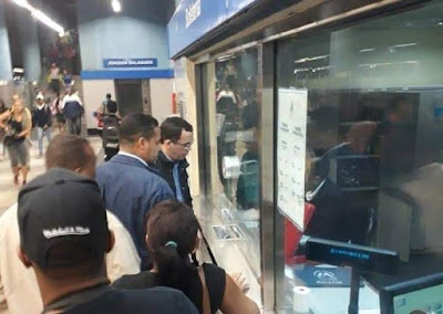 Ministro de Educación Andrés Navarro se dirige a oficina política en el Metro de Santo Domingo