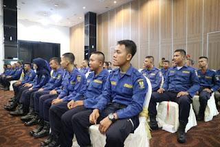 "E satu.com  ( Crb) - Profesi pemadam kebakaran merupakan tugas yang mulia dan menjajnjikan di massa yang akan datang. Karena tidak hanya memadamkan api, petugas pemadam kebakaran juga bertugas untuk melakukan evakuasi dan penyelamatan.  Hal tersebut diungkapkan Sekretaris Daerah (Sekda) Kota Cirebon, Drs. Asep Dedi, M.Si, saat membuka Pendidikan dan Pelatihan Pemadam Kebakaran 1 Program 45 jam Pelatihan Bagi Tenaga Teknis Dinas Pemadam Kebakaran Kota Cirebon, Senin, 24 Juni 2019.  ""Saat ini, pertumbuhan kota semakin maju dan cepat. Juga berdampak pada kepadatan pemukiman penduduk,"" kata Asep.  Di tengah-tengah pertumbuhan kota yang dinamis, keberadaan petugas pemadam kebakaran sangatlah dibutuhkan.  Karena tugas seorang pemadam kebakaran menurut Asep tidak sebatas memadamkan api yang berkobar, namun lebih dari itu.  ""Petugas pemadam kebakaran juga bertugas melakukan evakuasi dan penyelamatan,"" ungkap Asep.  Untuk itu Asep meminta, petugas pemadam kebakaran bangga dengan profesi mereka saat ini. ""Karena tugas mereka benar-benar mulia,""unggap Asep.  Namun kemampuan petugas pemadam kebakaran harus benar-benar diasah. Sehingga mereka bisa menjadi petugas pemadam kebakaran yang handal dan profesional. Untuk itu, pentingnya pelatihan terhadap mereka digelar.  ""termasuk pelatihan yang digelar hari ini,"" ungkap Asep. Karena itu, Asep meminta kepada setiap petugas pemadam kebakaran yang mengikuti pelatihan hari ini bisa mengikutinya dengan baik. Karena akan sangat berguna saat menjalankan tugas mereka sehari-hari.  ""Ke depannya saya juga berharap, sarana dan prasarana serta peralatan yang dimiliki oleh Damkar Kota Cirebon bisa semakin canggih dan modern seperti di negara-negara maju,"" ungkap Asep.  Sementara itu Kepala Subdir Peningkatan Kapasitas Sumber Daya Pemadam Kebakaran Kementerian Dalam Negeri, Purnolaksito, mengungkapkan kejadian kebakaran di tengah-tengah pertumbuhan kota yang sangat cepat saat ini semakin banyak. Karena itu, dibutuhkan petugas pemadam kebakaran ya"