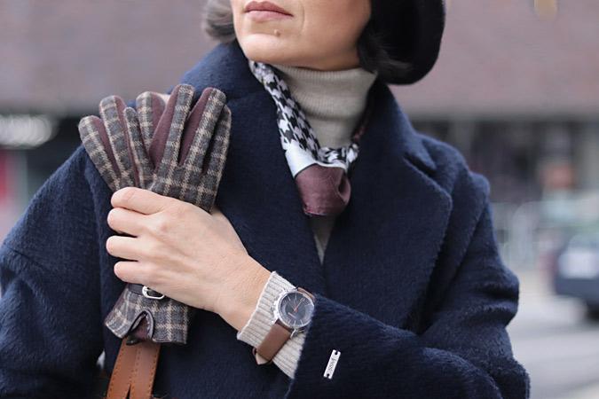 Granatowy płaszcz stylizacje