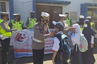 Dalam Rangka HUT Lalu Lintas Bhayangkara Ke 66, Satlantas Polres Bantaeng Bagi bagi Masker ke Anak Sekolah
