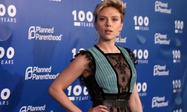 Scarlett Johansson brilha em evento da ONG Planned Parenthood