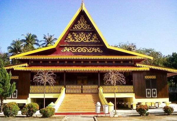 Rumah adat dari Riau (Selaso jatuh kembar)