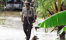 Bupati Ketapang Serahkan Langsung Bantuan Korban Banjir di Kecamatan Muara Pawan
