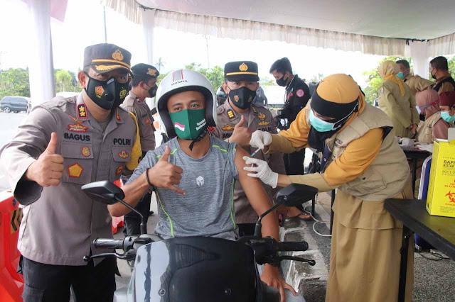 Kapolres Lombok Barat, Bagus Saat meninjau kegiatan Vaksinasi