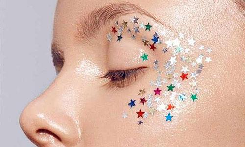Chica con strass de estrellas en las sienes