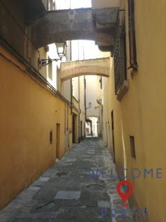 Foto con veduta del Vicolo della Lupa a Prato