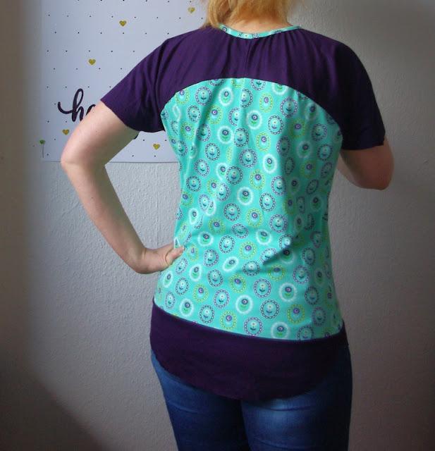 Rückansicht Frau mit Shirt Bethioua Lila Türkis  Schnittmuster von Ellepuls selbst genäht Damen Shirt
