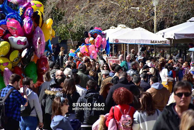 Δεν πέφτει καρφίτσα στο Ναυπλιο από τον κόσμο