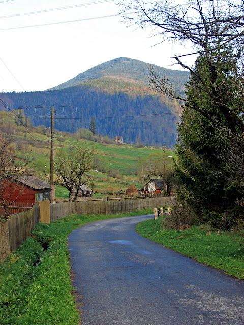 Улица Мысловки и гора Малый Пустошак (1313 м)
