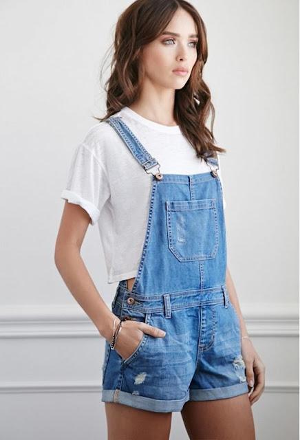 Usar jardineira ou macacão para substituir calça jeans e short jeans está na moda, pois o estilo com look de macacão jeans está sendo muito usado hoje em dia. Em épocas quentes é sempre bom usar roupas mais confortáveis e o jeans feminino combina com todas as cores de roupa, por isso é sempre bom ter um macacão no guarda-roupa. as cores do macacão podem variar e o tamanho também, pois tem macacão longo e curto. É importante saber onde comprar macacão feminino, pois tem lojas que tem muitas opções e dá para você escolher a peça que combinar mais com você. Agora você pode ter algumas ideias de como montar o seu look fashion com os looks com jardineira e macacão.
