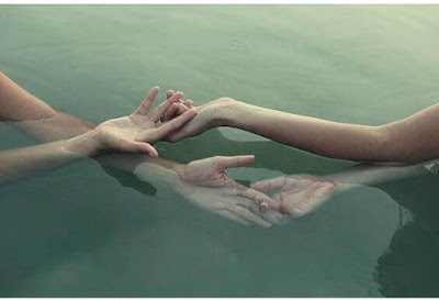mains-jointes-2-personnes-dans-eau-aide