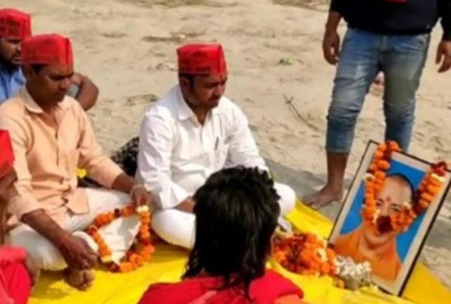 ब्राह्मणों को गंगा घाट पर बुलाकर किया योगी सरकार का पिंडदान, मुख्यमंत्री के फोटो पर पहनाई माला