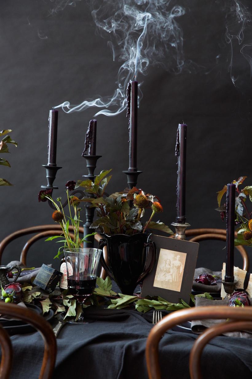 como decorar mesa halloween con velas negras