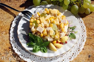 Sałatka z winogronem i czosnkiem marynowanym w oleju (ser, szynka, kukurydza)