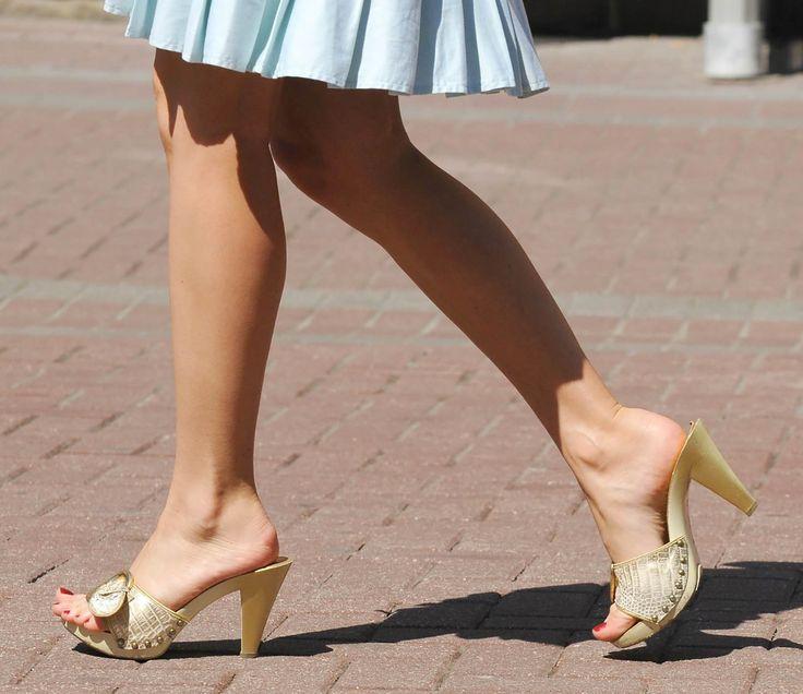 женские ноги на улице утверждал