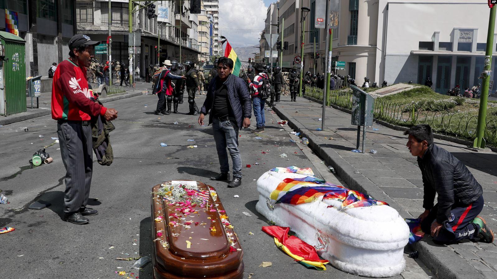 Personas rodean los féretros de algunos de los fallecidos en las protestas en Bolivia, distintas organizaciones civiles acusan a la policía de uso excesivo de la fuerza / AP