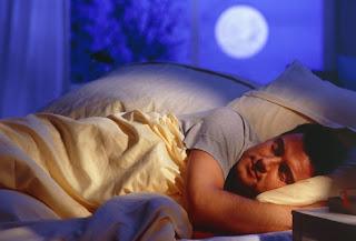мужчина спит крепким сном