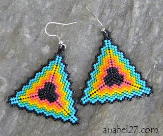 Необычные украшения ручной работы. Этнические серьги из бисера треугольной формы. Радужные сережки.