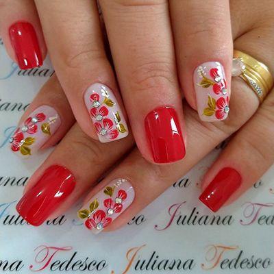 unhas vermelhas com flores e pedrinhas