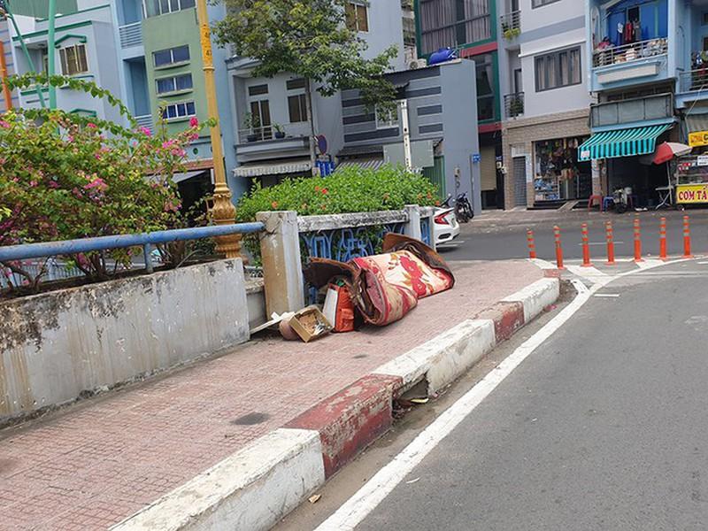 Nhiều người không có ý thức bỏ rác thải cồng kềnh ngay trên cầu. Ảnh: NGUYỄN CHÂU