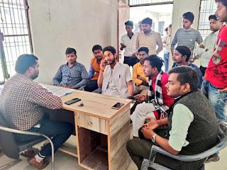 अखिल भारतीय विद्यार्थी परिषद ने जे बी एस महाविद्यालय के खिलाफ किया जमकर विरोध प्रदर्शन