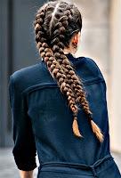 Bir kızın arkadan görünen ikili Fransız saç örgüsü